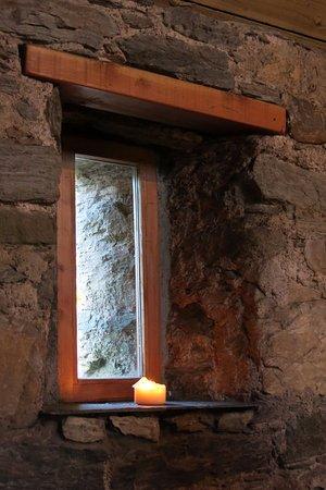 Appin, UK: Dikke muren, leistenen vensterbankje