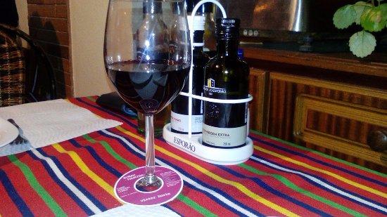 Casa Grelhados Prazeres Rurais : vinho ao copo. No caso, castas Syraz e Touriga