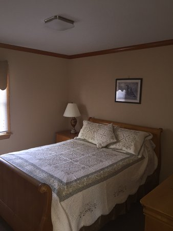 Colonial Shores Resort: Queen bed in our suites