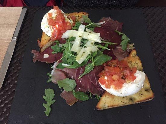 Avolsheim, France: Salade Burrata copieuse