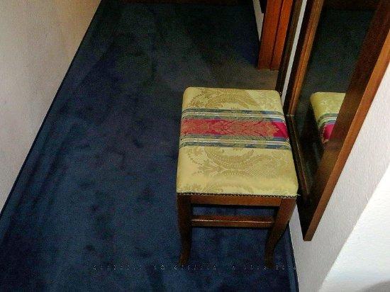 Hotel Königin Olga: Das Zimmer war durchweg stilvoll eingerichtet, auch ein Hocker bildet hier keine Ausnahme.