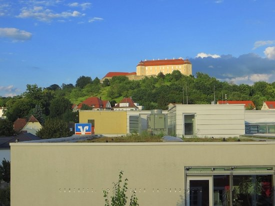 Hotel Konigin Olga: Aussicht aus dem Speisesaal zur Burg ob Ellwangen