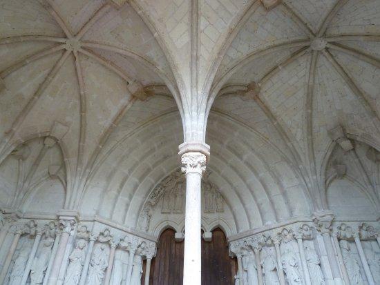 Candes-Saint-Martin, France: porche d'entrée aux sculpures remarquables