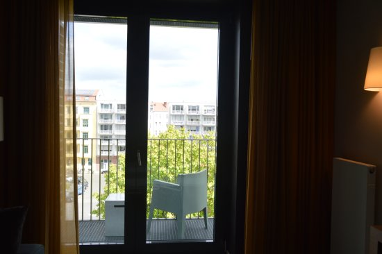 Adina Apartment Hotel Berlin Mitte: Pequeño balcón con vista a la plaza