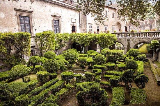 Castello Lancellotti : Vista dei Giardini all'Italiana. Sullo sfondo, il Ponte del Ninfeo.