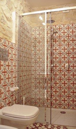 Casa farlisa il bagno con cementine e la grande doccia in - Bagno con cementine ...