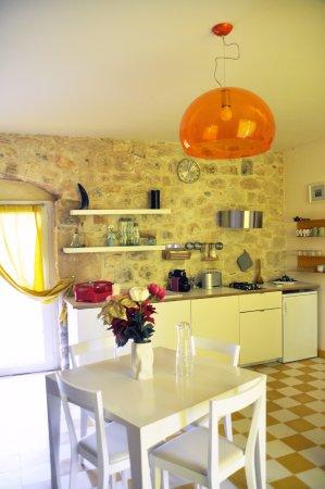 Casa Farlisa, tavolo Twist di Moroso e sedie Livia di Gio Ponti per ...