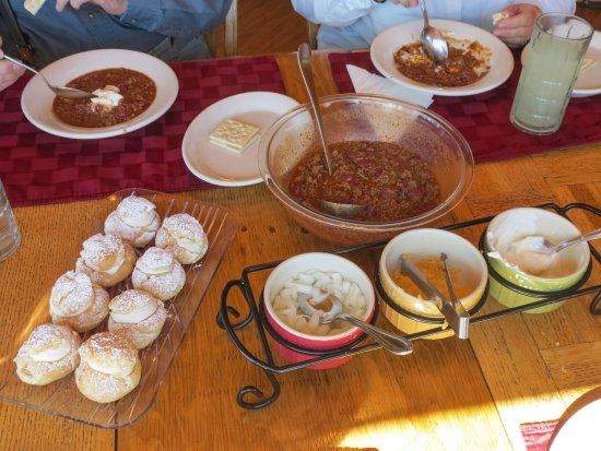 Silver Salmon Creek Lodge: Hearty chili and all the fixings, plus dessert.