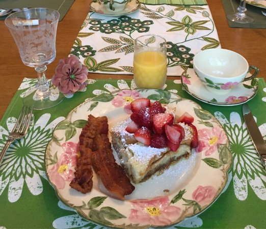 Magnolia Street Inn : Delicious breakfast! Fresh strawberries decadent Cream Brulé French toast and perfectly cooked b