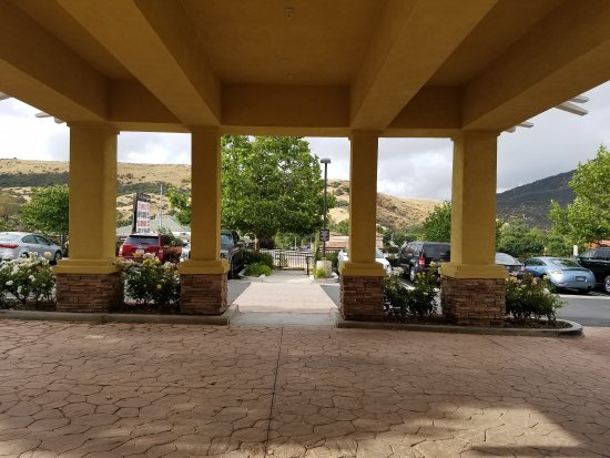 Agoura Hills, Californien: Great hotel! Beautiful patio area with grills to use. Nice pool. Delicious breakfast different c