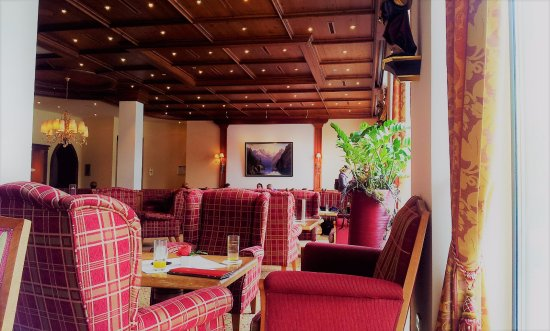 Hotel Edelweiss: The full stretch of the seating area with wooden ceiling