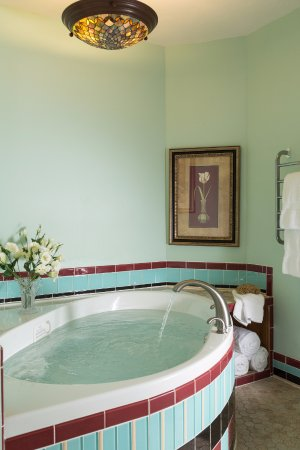 Dellroy, OH: Whirlpool tub in Lily Pond room