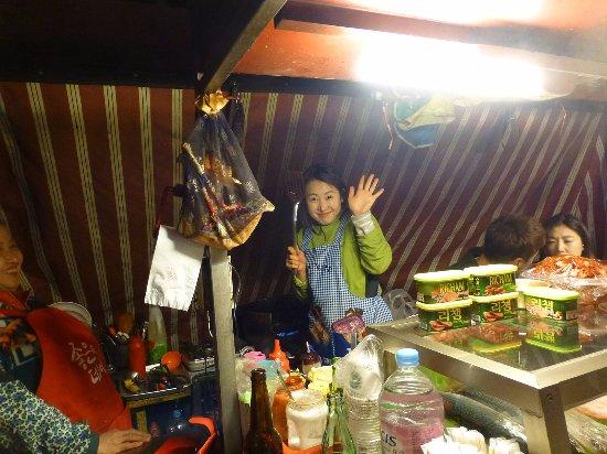 Seomyeon Food Alley: 美人ママさんが、お料理を提供してくれます