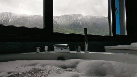 Riosa Municipality, Spanien: Jacuzzi de espuma en medio de la montaña. FELICIDAD.