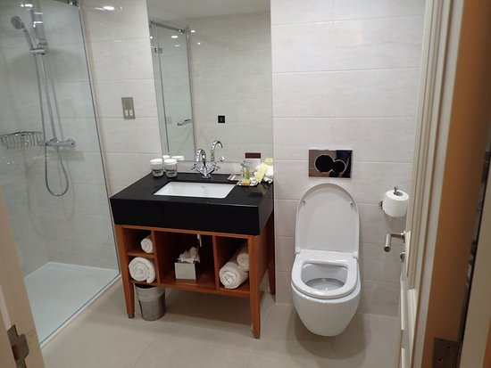 Bathroom picture of doubletree by hilton hotel for Bathrooms liverpool