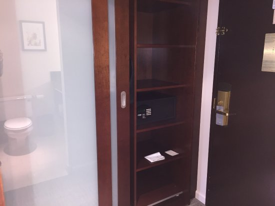 Renaissance Seattle Hotel: Closet Had Sliding Door, Shelving