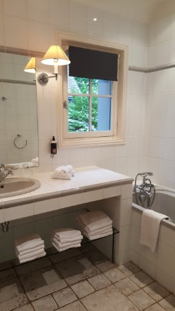 Belle salle de bain mais sans fixation douche et rideau ...