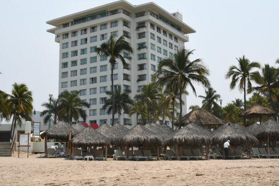 Emporio Ixtapa: Beach side