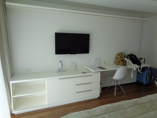 escritorio tv y mueble de la habitaci n picture of