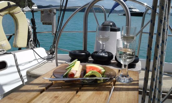 Kingfisher Yacht Charters: Lunch and wine