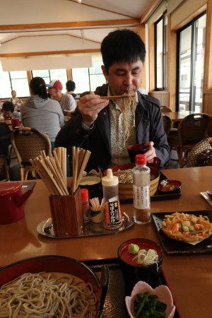 Shinchi-machi, ญี่ปุ่น: こんな感じの蕎麦です。手前はかき揚げ蕎麦。