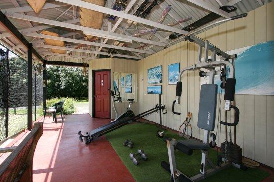 Clunes, Avustralya: gym adjacent to tennis court