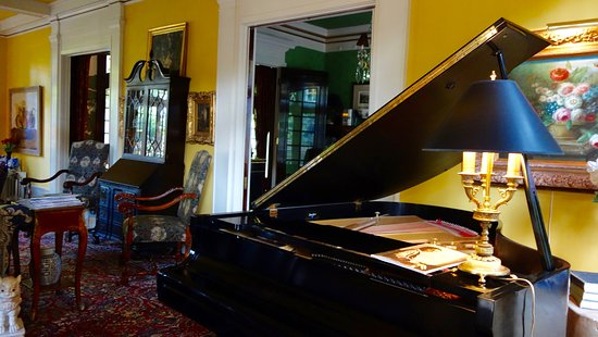 Portland's White House Inn: lovely grand piano