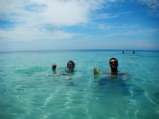 Punta Gorda, Belize: Guests beach bumming in our crystal clear waters