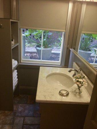 Catherine Ward House Inn: Bathroom lower level room.