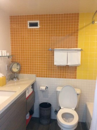 Bright clean bathroom of 324 bild von dream inn santa for 9 bathroom cleaning problems solved