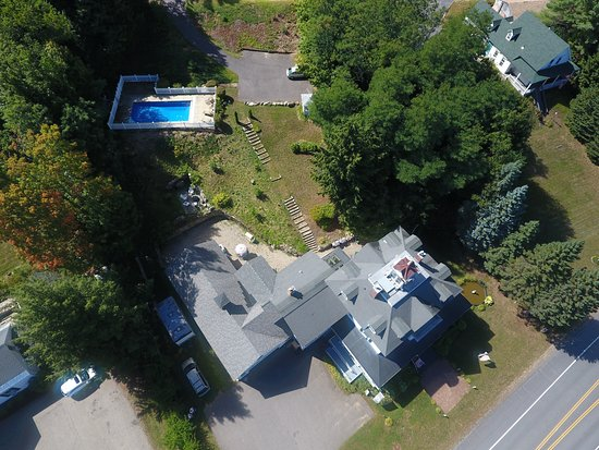 Center Harbor, Nueva Hampshire: Sutton House B & B viewed from drone.