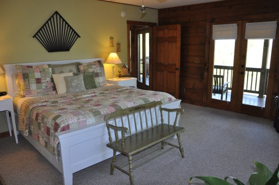 Appalachian Inn: The Birds & Blooms Room