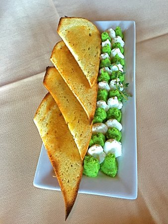 ‪‪Clawson‬, ميتشجان: Tasty green pea and ricotta spreads with toast.  ‬