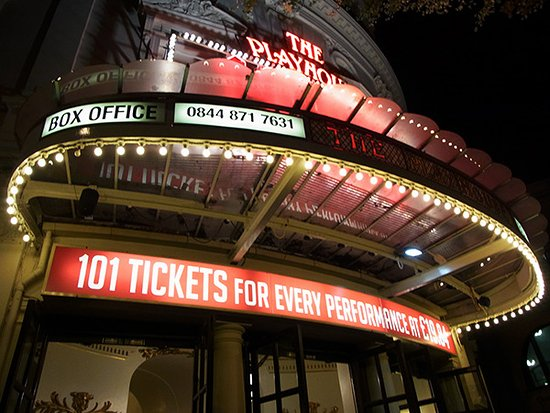 Playhouse Theatre: テムズを渡る鉄道の高架のすぐ横に劇場がある