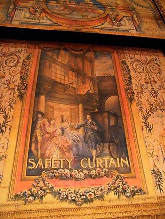 Playhouse Theatre: 舞台にかかった緞帳がきれいだった