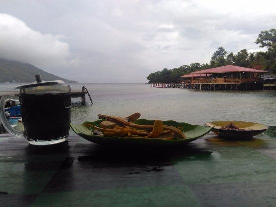 Ternate, Indonésia: Kopi dan pisgor serta pantai merupakan perpaduan yang pas