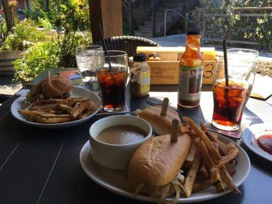 ‪‪Wilsonville‬, ‪Oregon‬: Warm sandwiches for lunch on the patio‬