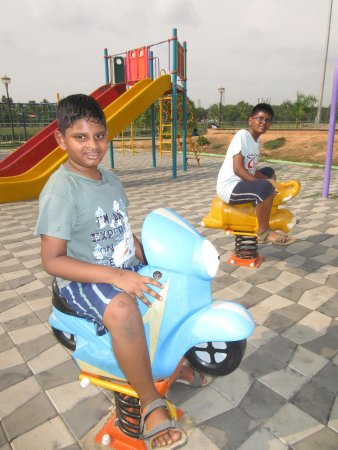 Tripunithura, Índia: My kiddos having fun at the park 2