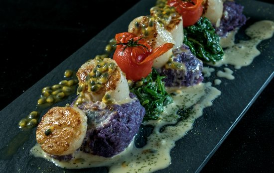 Seeb, โอมาน: Pan seared sea Scallops with spinach, mashed purple potato and a passion fruit beurre blanc.