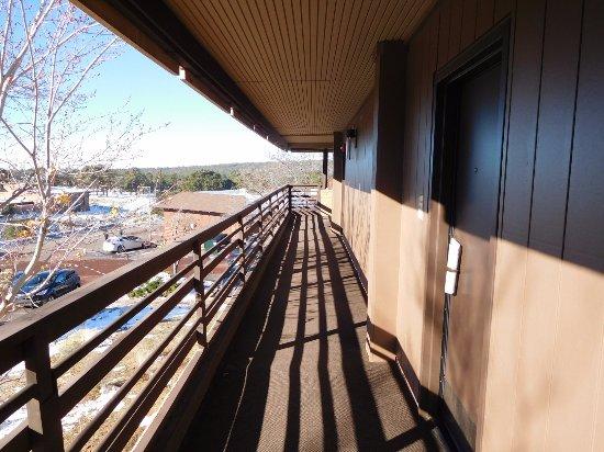 Thunderbird Lodge: 外の廊下から部屋に入る