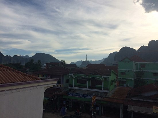 Vang Vieng Central Backpackers: View over mountains from upper floor of hotel
