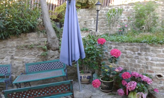 Smerillo, Italy: in cortile- in the courtyard
