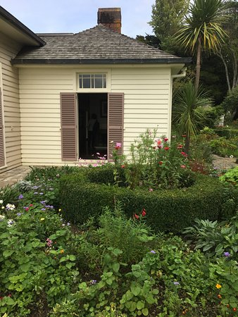 North Island, Neuseeland: The governor's mansion and front garden