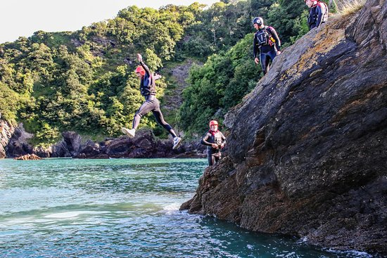 Lee, UK: Coasteering is a great activity to take part in as part of a group either with your mates or fam