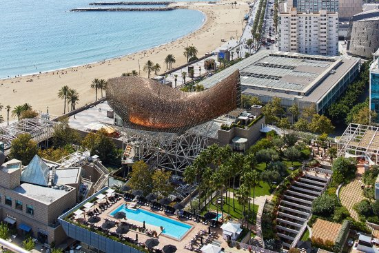 Hotel Arts Barcelona offers a pool, gardens and beach