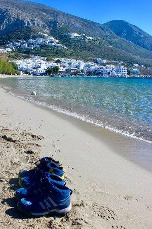 Aegiali, Hellas: Vanaf het strand zicht op Potamos
