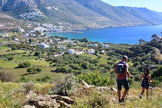 Aegiali, Hellas: De baai met Potamos in de berg gelegen