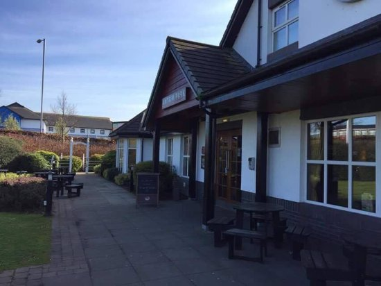 Antrim, UK: Outside dining areas for snacks and drinks in the sun