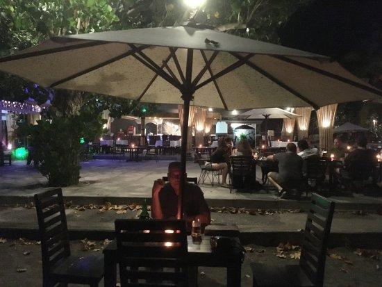Anturan, Indonesië: eten op het strand