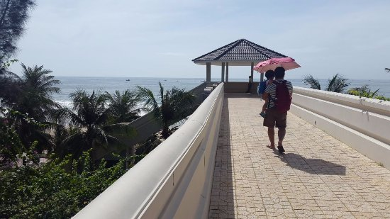 โรงแรม ซี ลิงค์ บีช: Need to take a golf cart then cross this bridge to get to beach